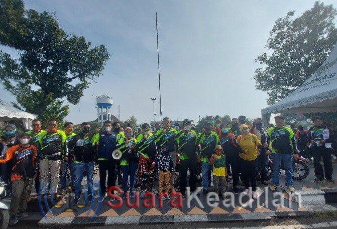 Keterangan Foto: Peserta touring foto bersama dengan Wakil Bupati Kendal Windu Suko Basuki sebelum berangkat ke Bandungan.
